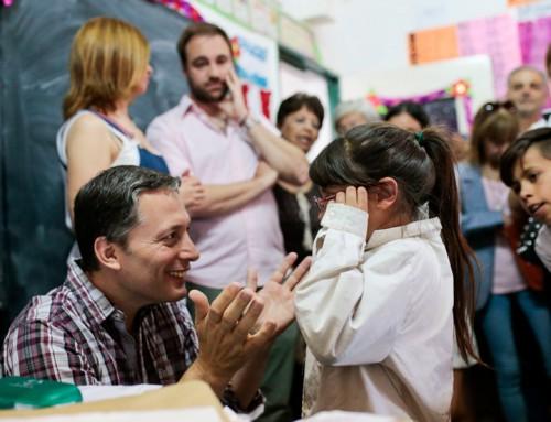 Fernando Gray entregó más de 100 anteojos a chicos de escuelas primarias del distrito