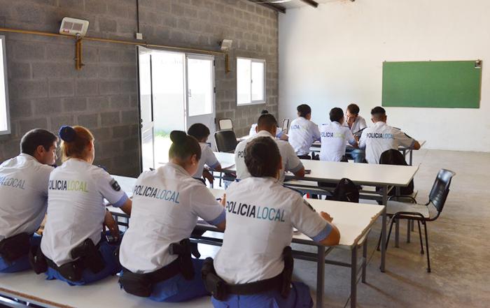 El Municipio de Esteban Echeverría ejecuta un Programa de Profesionalización para la Policía Local, a través del cual se instruye a más de 500 agentes sobre violencia de género, operaciones policiales, y derecho penal y contravencional, como parte de la capacitación permanente en seguridad que desarrolla el Gobierno Municipal.