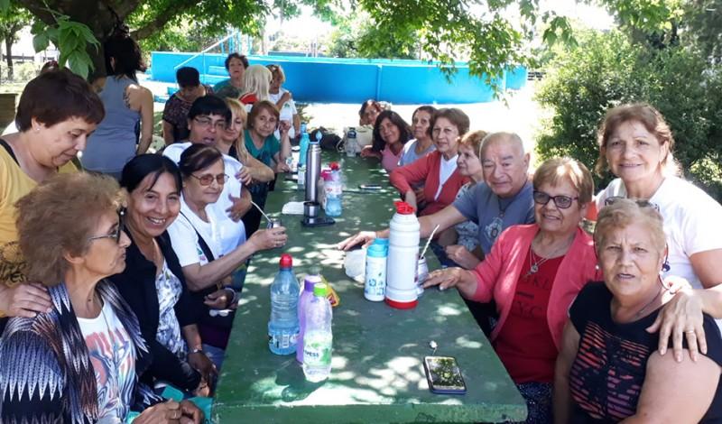 Como todos los años, el Municipio de Esteban Echeverría realiza su tradicional colonia de verano destinada a adultos mayores y personas con discapacidad en el Campo de Deportes Santa María, de El Jagüel.