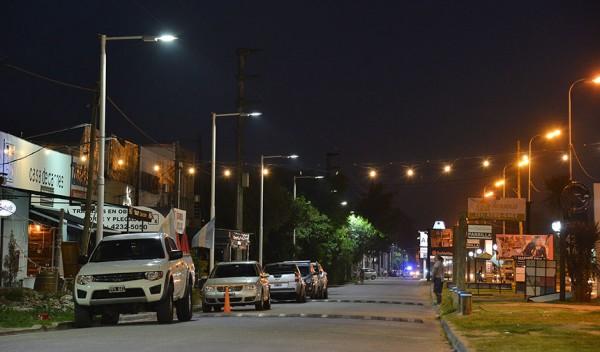 El Municipio de Esteban Echeverría finalizó la primera etapa de colocación de luminarias en la localidad de Canning, en continuidad con los trabajos que se realizan en distintos puntos del distrito para reforzar la seguridad y cuidar a los vecinos.