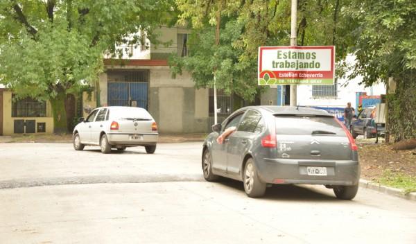 El Municipio de Esteban Echeverría avanza con la obra de colocación y pintura de siete reductores de velocidad en Legarreta, desde Farina hasta R. Santamarina, Monte Grande, en continuidad con el Plan de Seguridad Vial que incluye la distribución de 250 bandas de frenado en todo el distrito.