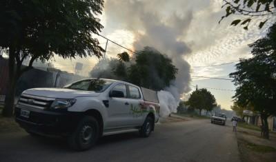 El Municipio de Esteban Echeverría reinició la campaña de fumigación en distintos puntos del distrito, que se extenderá durante las próximas dos semanas para combatir la invasión de mosquitos.