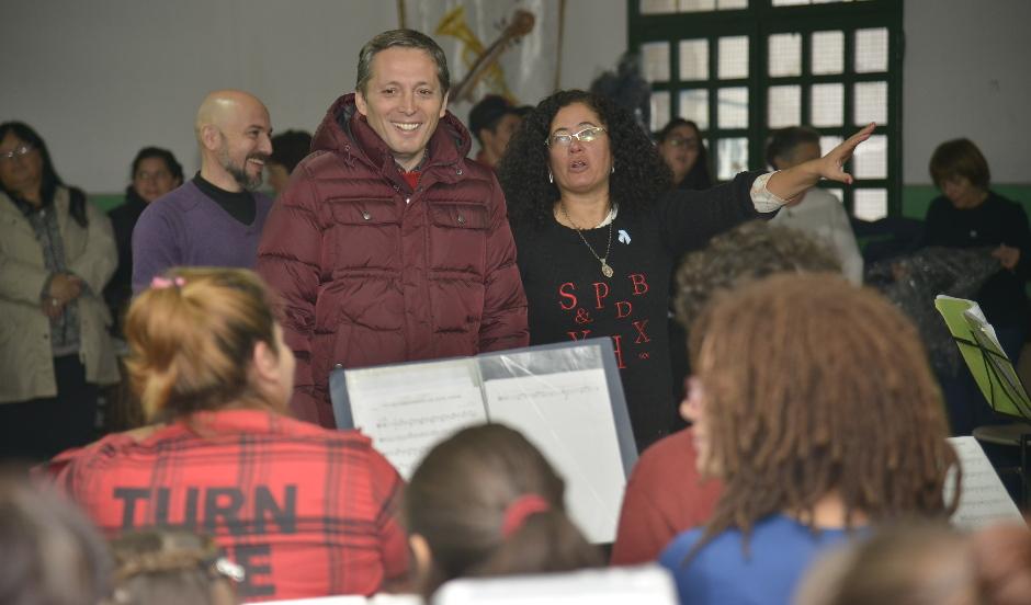 Fernando Gray junto a más de  160 chicos de las orquestas infanto juveniles del distrito