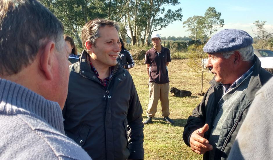 Fernando Gray junto a productores locales