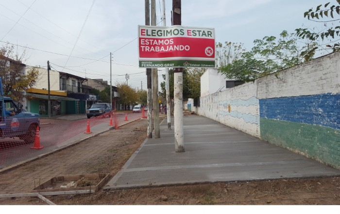 En continuidad con el Programa Integral de Refacción de Instituciones Educativas, el Municipio de Esteban Echeverría avanza con la construcción de veredas en la Escuela Primaria 41, ubicada en N. Malvinas 2060, Monte Grande.