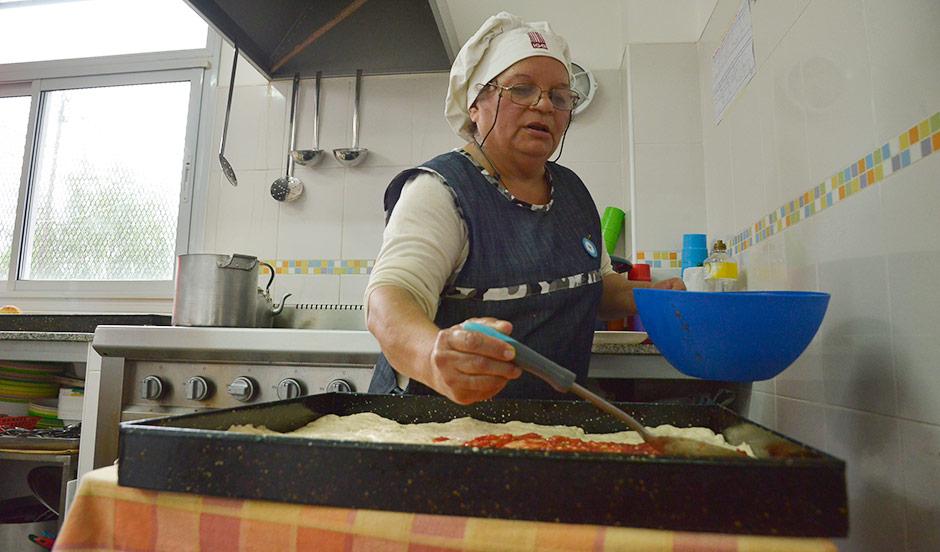 Vecina de Monte Grande teje escarapelas al crochet y cocina para más de 200 chicos del Jardín 936