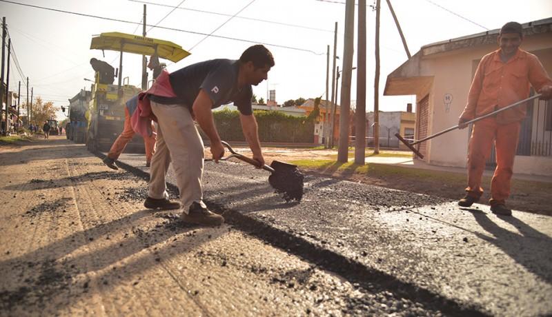 En continuidad con las obras para mejorar la circulación en el distrito, el Municipio de Esteban Echeverría comenzó con la repavimentación de 21 cuadras de la calle 9 de Julio en el barrio Malvinas de Monte Grande.