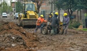 El Municipio de Esteban Echeverría avanza con la extensión de la red secundaria cloacal en 9 de Abril, obra que beneficiará a 3 mil vecinos del Barrio Primero de Mayo.