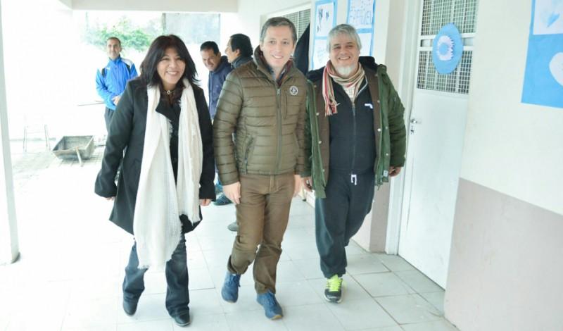 El Intendente de Esteban Echeverría, Fernando Gray, inauguró hoy las obras de ampliación y puesta en valor de la Escuela Secundaria N° 22, ubicada en Barracas 1570, Monte Grande, oportunidad en que además entregó un subsidio para la institución.