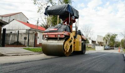 El Municipio de Esteban Echeverría avanza con el Plan de Mejora Integral de Calles, que tiene por objetivo pavimentar, bachear, y renovar los asfaltos, para conservar la infraestructura urbana y facilitar el tránsito en las principales arterias y calles del distrito.