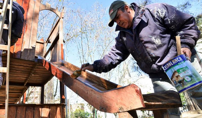 En continuidad con el Plan Integral de Refacción de Espacios Públicos, el Municipio de Esteban Echeverría realizó trabajos de revalorización en la Plaza Mitre, ubicada en S. T. Santamarina 400, Monte Grande.