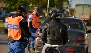 Como todos los días, el Municipio de Esteban Echeverría realiza controles de tránsito en la intersección de Mendoza y Galván, Luis Guillón, Cervetti y Roca, y Evita y Mitre, El Jagüel.
