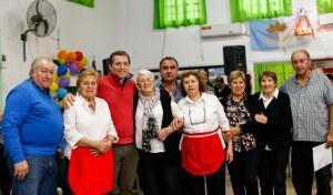 """El Intendente de Esteban Echeverría, Fernando Gray, junto a su esposa y precandidata a Concejal por Unidad Ciudadana, Magui Gray, visitaron el Centro de Jubilados y Pensionados """"Buena Onda"""", de Monte Grande."""