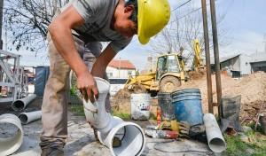 El Municipio de Esteban Echeverría avanza con la extensión de la red secundaria cloacal en 9 de Abril, obra que aumentará la capacidad de la red y que permitirá incorporar al servicio a 3 mil vecinos del Barrio Primero de Mayo.