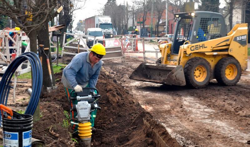 El Municipio de Esteban Echeverría avanza con la construcción de la red secundaria de agua potable sobre Av. Pedro Dreyer, entre Pedro E. Farina y Almte. Brown, en Monte Grande, que beneficiará a más de 7500 vecinos del Barrio San Norberto.