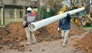 El Municipio de Esteban Echeverría avanza con la extensión de la red secundaria cloacal en 9 de Abril, obra que beneficiará a 3500 vecinos del Barrio Lomas del Zaizar, y que se suma a la red secundaria que se ejecuta en la misma localidad, y que beneficiará al Barrio Primero de Mayo.