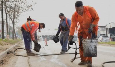 El Municipio de Esteban Echeverría continúa con las tareas de tomado de juntas a lo largo de 1000 metros lineales, gracias a los cuales se sellan grietas, evitando que el pavimento se deteriore.