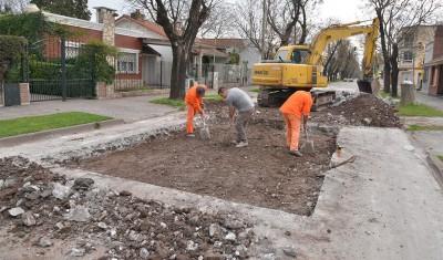 Con el objetivo de mejorar los principales accesos y arterias del distrito, el Municipio de Esteban Echeverría trabaja en el Plan Integral de Mejora de la infraestructura urbana, iniciativa que lleva a cabo tareas de bacheo, pavimentación y mejorado asfáltico de calles.