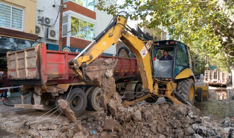 Con el objetivo de mejorar los principales accesos y arterias del distrito, el Municipio de Esteban Echeverría trabaja en el Plan Integral de Mejora de la infraestructura urbana, iniciativa que lleva a cabo tareas continuas de bacheo, hormigonado y mejorado asfáltico de calles.