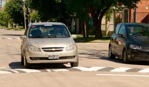 El Municipio de Esteban Echeverría avanza con la colocación de reductores de velocidad en el marco del plan integral que incluye la distribución de 165 bandas de frenado en todas las localidades del distrito.