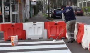 En el marco del Plan Integral de Mejoras Viales, el Municipio de Esteban Echeverría renueva la pintura de las sendas peatonales, cordones, y señalética de tránsito en Monte Grande.