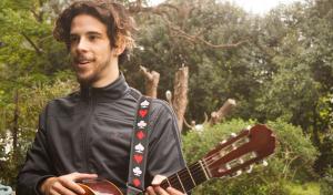 [15:47, 29/9/2017] Leandro Lurati EE: Habla pausado Juani. A veces parece jugar con el tempo de algunas frases. Otras fluyen con naturalidad. Todas remiten a una búsqueda que empezó cuando le regalaron su primera guitarra.