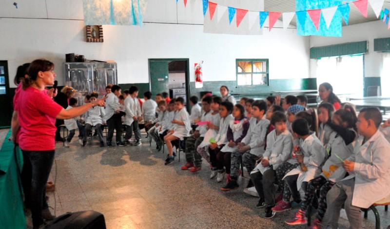 Proteccionistas capacitadas por el Municipio de Esteban Echeverría comenzaron un ciclo de charlas en escuelas primarias del distrito para promover cuestiones vinculadas al cuidado de las mascotas.