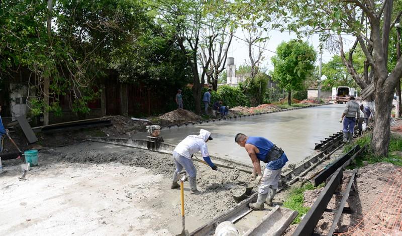 El Municipio de Esteban Echeverría avanza con los trabajos de pavimentación en Luis De Sarro, entre Cepeda y Urquiza, en Luis Guillón, en Hernandarias, entre 28 de Abril y Gral. José María Paz, y en La Niña, entre San Juan y Lago Traful, en 9 de Abril, en continuidad con el Plan Integral de Mejora de la Infraestructura Urbana, a partir del cual ya se pavimentaron 50 cuadras.