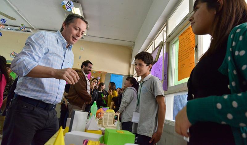El intendente de Esteban Echeverría, Fernando Gray, participó de la muestra anual de la Escuela Secundaria Nº 15, en Canning, oportunidad en la que dialogó con alumnos y docentes sobre las obras que el Gobierno Municipal realiza en la institución.