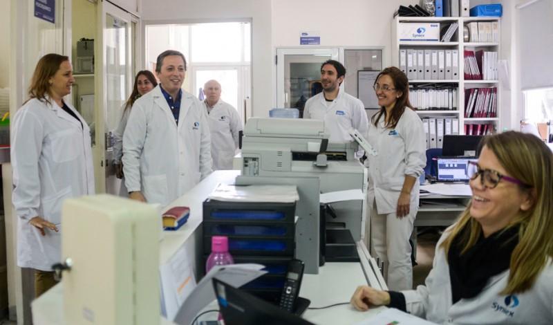 El Intendente de Esteban Echeverría, Fernando Gray, dialogó con los trabajadores de la Empresa Syntex, ubicada en Luis de Sarro y Avellaneda, Luis Guillón, que realiza productos para la industria farmacéutica y exporta a países como Brasil, Japón y Canadá.