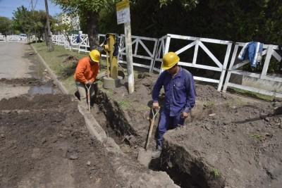 Se trata de la red secundaria que se realiza en Luis Guillón, en el marco del Plan Director de Aysa 2009-2020, a través del cual ya se logró una cobertura en cloacas superior al 70 por ciento, y se proyecta alcanzar el 90 el próximo año.