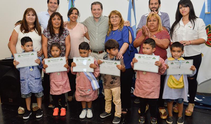 El intendente de Esteban Echeverría, Fernando Gray, participó del acto de egresados de 80 niños que finalizaron sala de 5 en Centros de Atención Integral (C.A.I.) de todo el distrito, oportunidad en la que agradeció al equipo de Desarrollo Social por el trabajo que realizan.