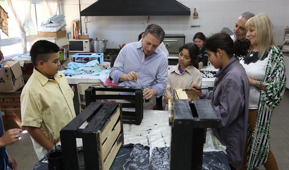 Fernando Gray junto a docentes y alumnos de escuelas de Monte Grande y Luis Guillón
