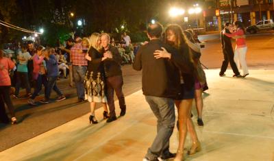 Miles de vecinos del distrito participaron del Festival de Tango Echeverriano que se realizó en el Palacio Municipal y en la Plaza Mitre, en Monte Grande, en el marco de los festejos por el Día Nacional del Tango.