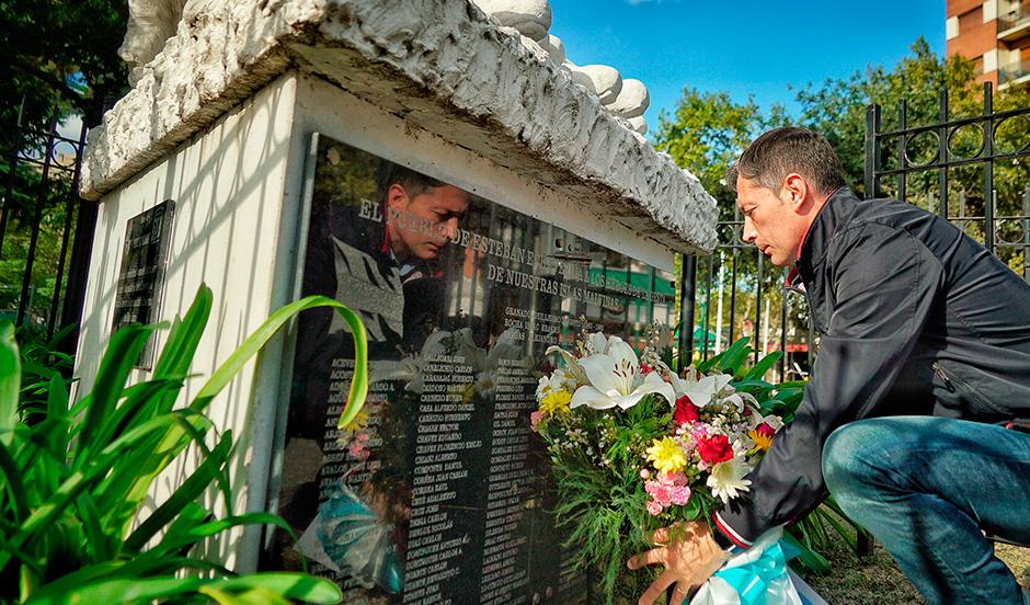FERNANDO GRAY COLOCÓ UNA OFRENDA FLORAL EN EL MONUMENTO A LOS HÉROES DE MALVINAS