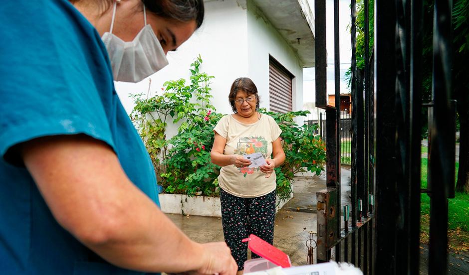 CONTINÚAN LOS OPERATIVOS DE VACUNACIÓN A ADULTOS MAYORES DE 65 AÑOS