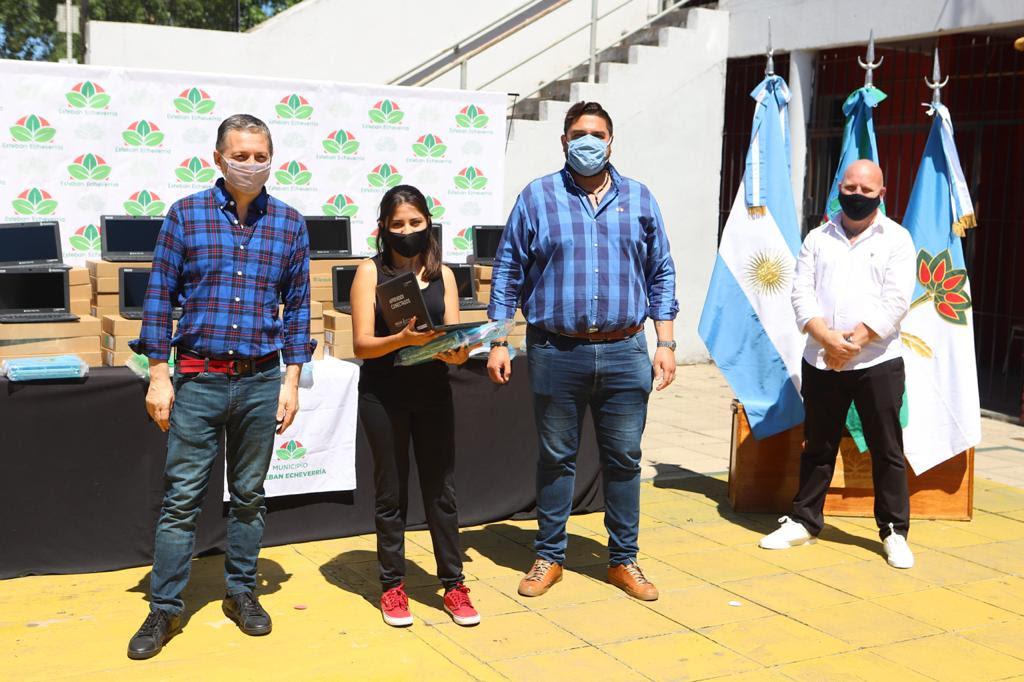 FERNANDO GRAY ENTREGÓ NETBOOKS A ESTUDIANTES DE 4º AÑO