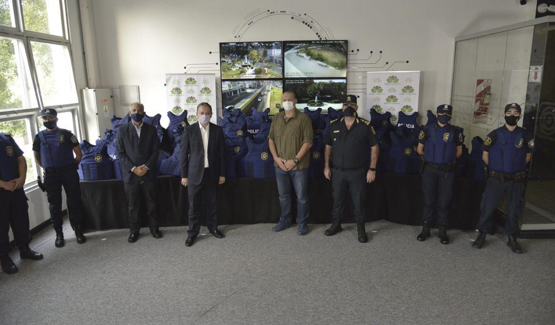 FERNANDO GRAY Y SERGIO BERNI ENTREGARON CHALECOS DE SEGURIDAD A POLICÍAS EN ESTEBAN ECHEVERRÍA