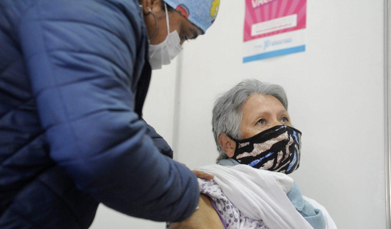 VECINAS Y VECINOS DE ESTEBAN ECHEVERRÍA RECIBEN LA VACUNA CONTRA EL COVID-19