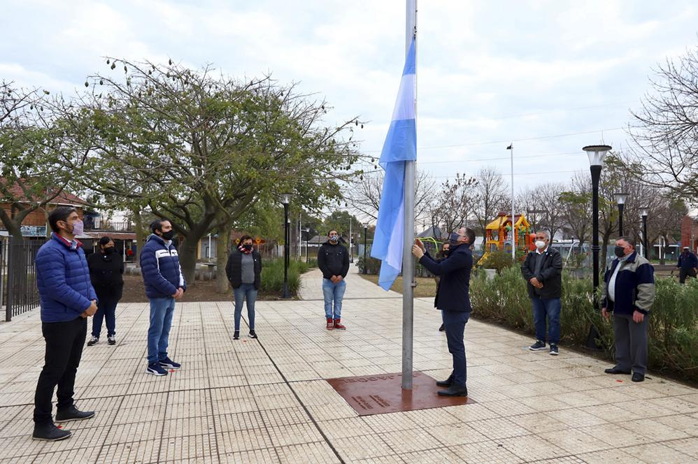 FERNANDO GRAY IZÓ LA BANDERA NACIONAL POR EL DÍA DE LA INDEPENDENCIA