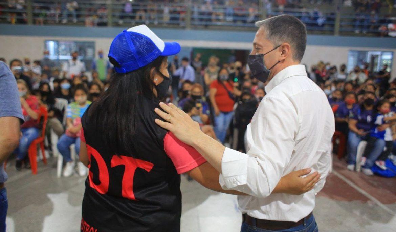 FERNANDO GRAY ENTREGÓ 460 CAMISETAS A LOS EQUIPOS DE LA LIGA DE FÚTBOL FEMENINO DE ESTEBAN ECHEVERRÍA